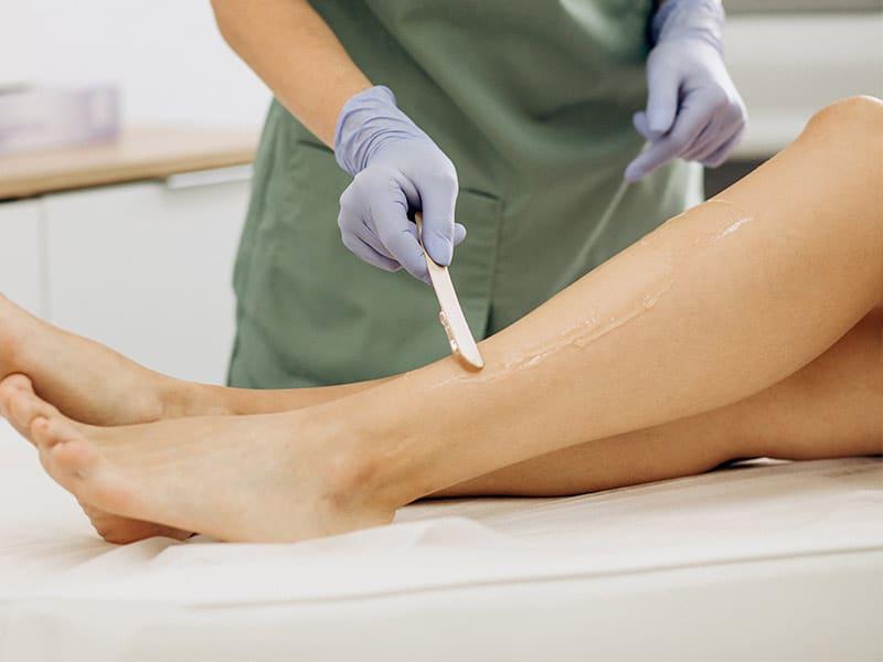 Brasilian Waxing hier am Beispiel Beine